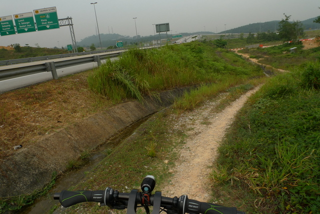 At the very end of the GCE, just before the toll into the North/South highway, I took another shortcut down into the road that led to Kuang town, from which I took the old road to Rawang.