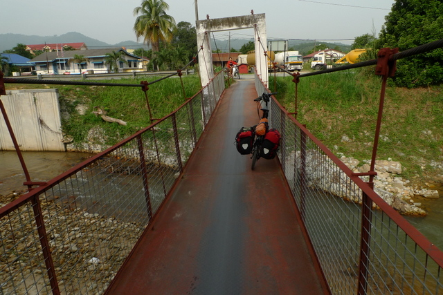 Nearing the town of Ulu Yam Baru, taking a shortcut across a motorcycle/pedestrian bridge